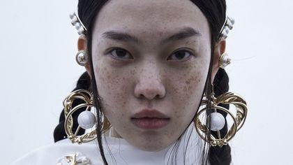 Tendenza maxi bijoux, ecco come abbinarli ai look autunnali