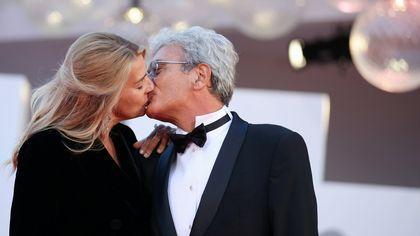 Venezia 78, baci e medaglie sul red carpet per il film di Mario Martone
