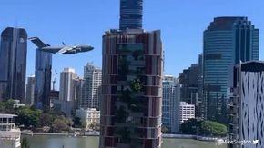 Un aereo militare vola a bassa quota su Brisbane: niente paura è un evento del Sunsuper Riverfire