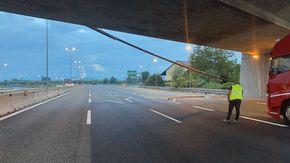 Si stacca una canalina dal ponte, paura sulla tangenziale di Torino. Traffico bloccato