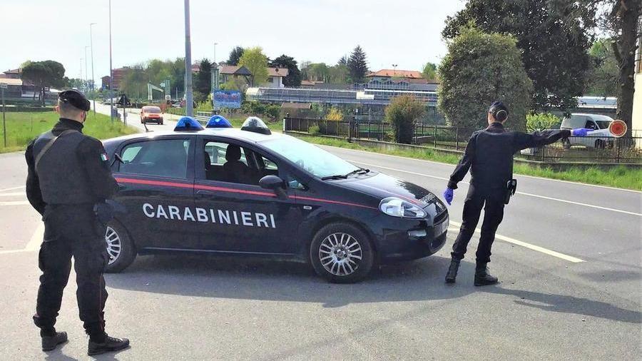 Coronavirus, dito medio ai carabinieri che lo fermano per un controllo:  multa da 300 euro e denuncia - La Stampa