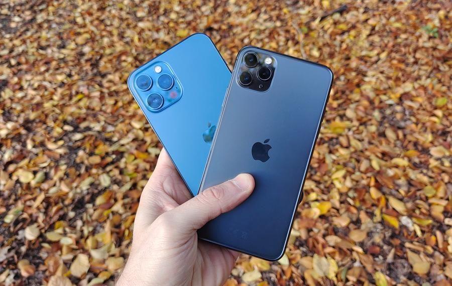 La fotocamera di iPhone 12 Pro Max (a sx) e di iPhone 11 Pro Max a confronto