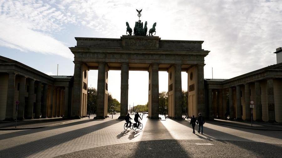 Una consueta deserta Porta di Brandeburgo a Berlino