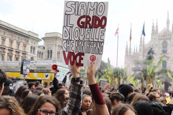 Risultati immagini per 8 marzo, sciopero delle faccende domestiche. E in piazza a Milano cucinano gli uomini