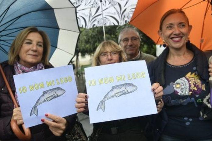 Lega, la pioggia non ferma le Sardine: centinaia in piazza a Sorrento