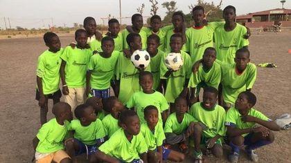 Da Milano al Senegal un sorriso per i bambini: le divise da calcio della StraRogoredo Santa Giulia arrivano a Mbodiene