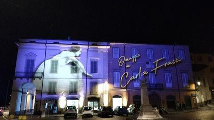 Lovere Borgo della luce: sui palazzi illuminati il profilo di Carla Fracci e le sculture di Canova