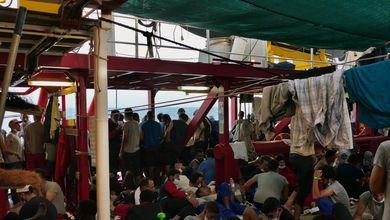 I migranti sulla Ocean Viking in attesa di sbarco: «Il cibo è finito. Ma dal Governo italiano silenzio assoluto»