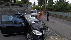 Auto contro il muro il conducente fugge