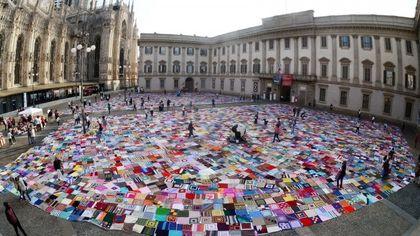 Violenza sulle donne, 5mila coperte solidali colorate ricoprono l'asfalto a due passi dal Duomo