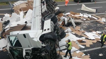 Tir cappotta in autostrada e rovescia il carico sull'asfalto