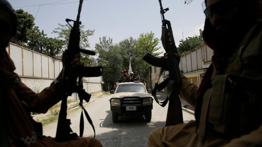 Afghanistan, il drammatico racconto: 'Donne lanciano i bambini oltre il  filo spinato dell'aeroporto a Kabul' - La Stampa