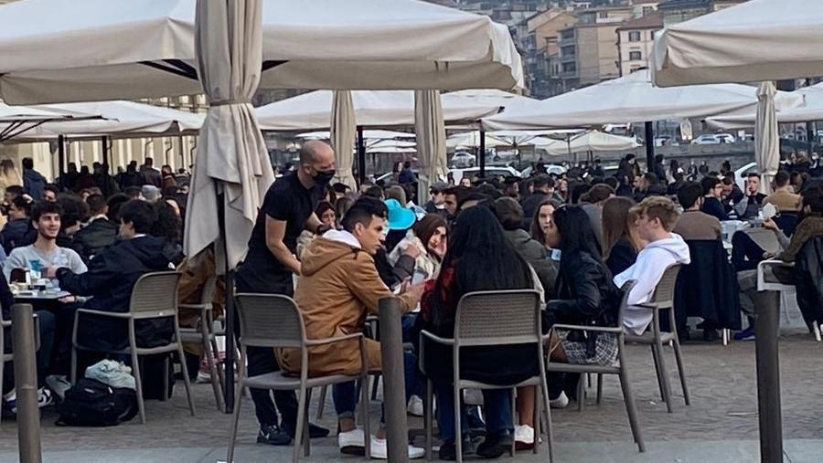Movida e assembramenti a Torino, Milano e Roma: niente distanziamento e mascherine abbassate