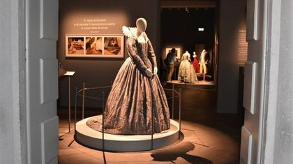 Quadri, volumi, foto e costumi: il rapporto fra opera e società in mostra in 500 pezzi a Parma