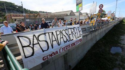 """Crollo Morandi, il ricordo  a Certosa, il quartiere più colpito. Lo striscione: """"Basta passerelle"""""""