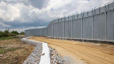 Un muro d'acciaio e cannoni sonori: così la Grecia blinda la frontiera per tenere fuori i migranti