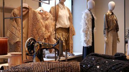 Carolina Cucinelli racconta lo stile di famiglia: manodopera artigianale e materiali innovativi