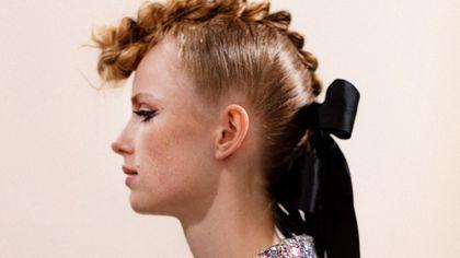 La musa contemporanea di Chanel: romantica e rock, tra fiocchi e eyeliner