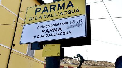 Parma, l'installazione sul ponte di Mezzo è già imbrattata - foto