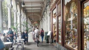 I portici di via Sacchi assediati da monopattini e bici