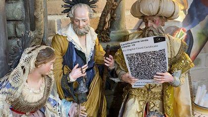 """Napoli, i Re Magi in viaggio con il """"Green Pass"""" sul presepe: accuse dei No Vax"""