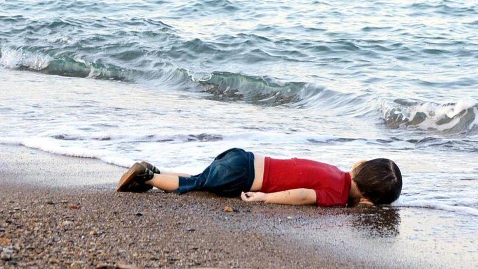 Risultati immagini per la foto di Alan Kurdi