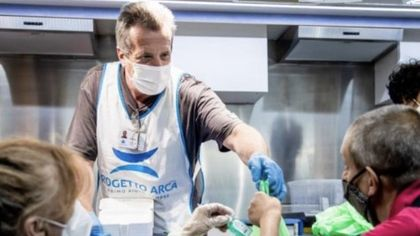 Gelati e anguria ai senzatetto di Milano: il Ferragosto in strada di Progetto Arca