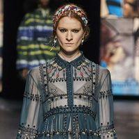 La moda e la bellezza declinate nel color petrolio e le sue sfumature