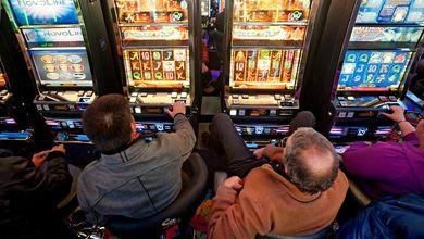 Gioco d'azzardo: gli italiani buttano un miliardo di euro al mese nelle slot machine