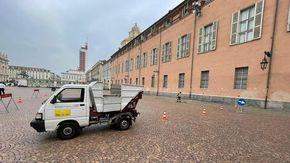 """Le pulizie arrivano solo a fine estate: cancellato il """"prato"""" di piazza Castello"""