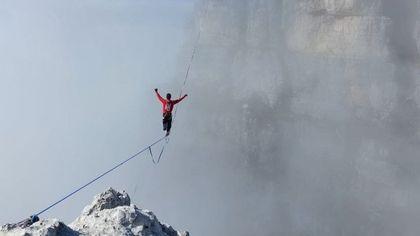 Un compleanno festeggiato tra le nuvole per Mauro e i funamboli dello slacklining: in equilibrio sulla corda a 150 metri d'altezza