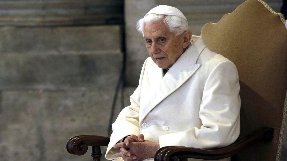 E Benedetto XVI scrisse: basta, c'è un solo Papa, e non sono io
