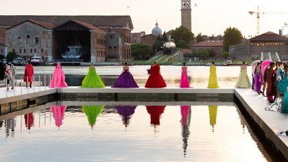 Valentino porta a Venezia la sua haute couture, tra arte e moda