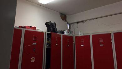 Terremoto, i vigili del fuoco dormono nella caserma a rischio crollo