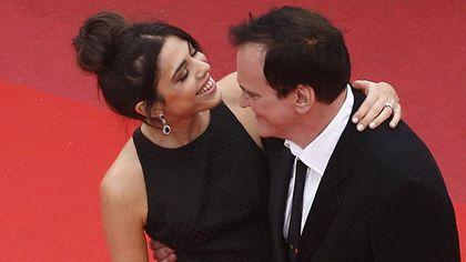 Cannes, Quentin Tarantino, tappeto rosso con la moglie Daniella Pick: il nero (e le tenerezze) trionfano