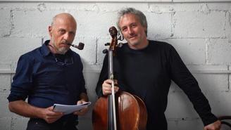 Uomo con pipa e spartito in mano e altro uomo con violoncello