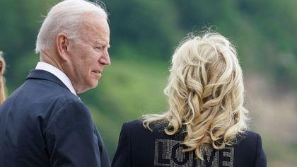 """Jill Biden e la scritta """"LOVE"""" sulla giacca: """"Portiamo amore dall'America"""""""
