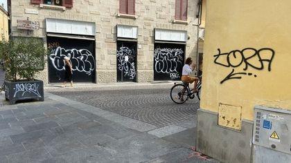 Parma, 75 bombolette spray e sei tubi di vernice in casa: indagini su un writer 21enne