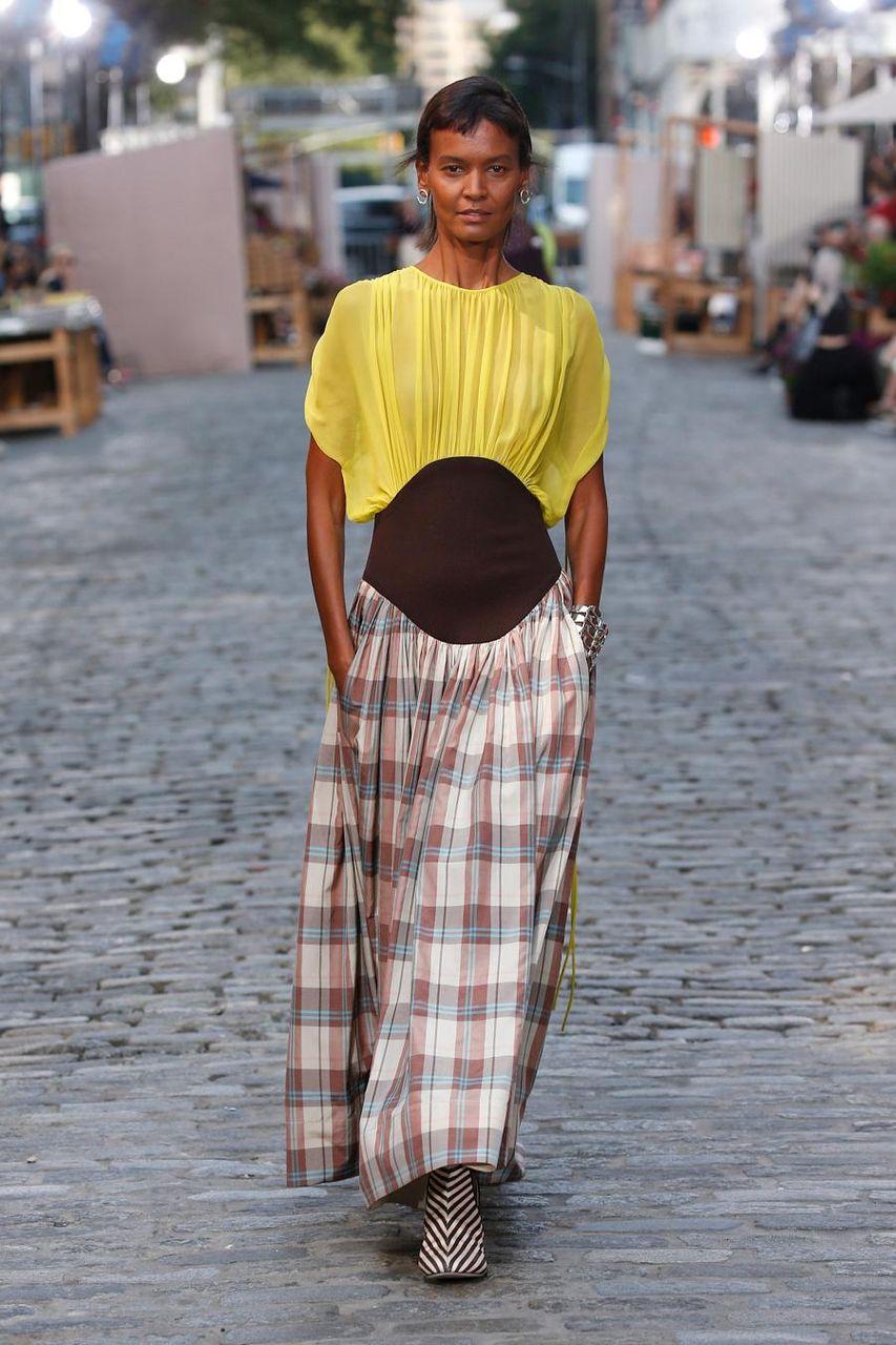 La modella Liya Kebede in top chiffon e gonnain Madras plaid alla sfilata Tory Burch della primavera/estate 2022