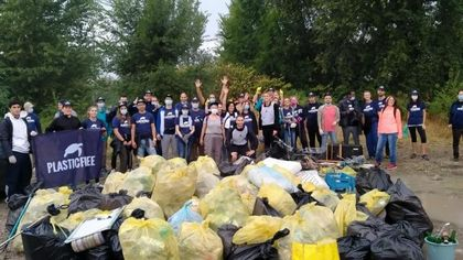 Volontari all'opera: 10 quintali di rifiuti rimossi lungo il greto del torrente Parma