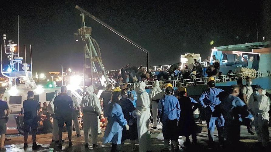 Maxi sbarco di migranti a Lampedusa. L'isola prepara lo sciopero generale -  La Stampa - Ultime notizie di cronaca e news dall'Italia e dal mondo
