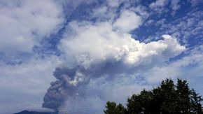 Catania, l'Etna torna a eruttare: fontane di lava e una imponente colonna di fumo e cenere