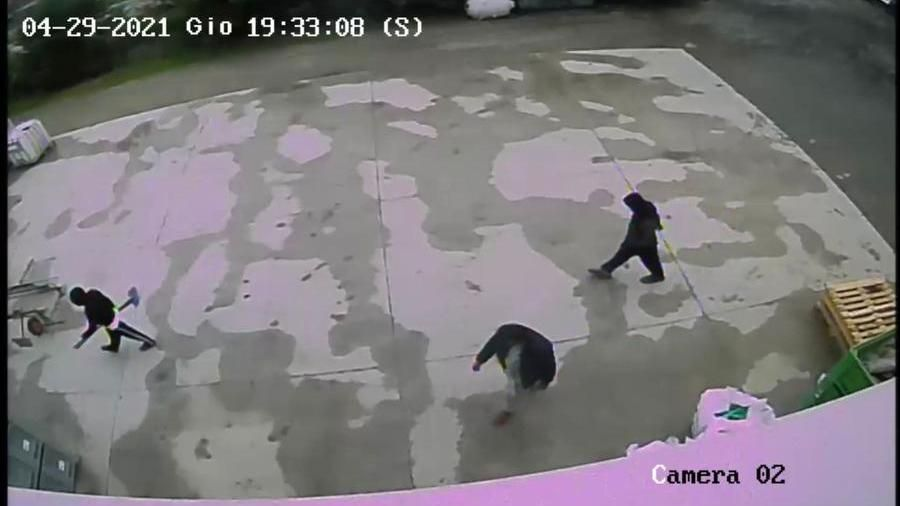"""Saman, l'accusa del fratello: """"È stata strangolata"""". Ecco le immagini con la pala che incastrano zio e cugini"""