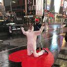 """Il """"Covid Hero monument"""" dell'italiano Sergio Furnari diventa il simbolo di Times Square"""