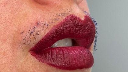 Chi è Joanna Kenny, l'influencer beauty che sottolinea con il mascara i baffetti