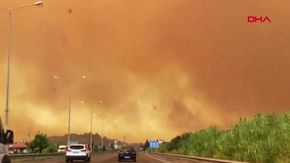 Turchia, incendio boschivo minaccia le case di una zona turistica
