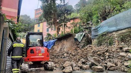 Le forti piogge della notte hanno alzato il livello di torrenti e creato allagamenti e frane a Genova, due famiglie sfollate