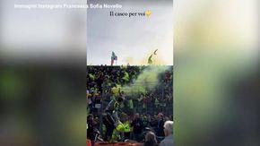 """MotoGP, Valentino Rossi ringazia la """"marea gialla"""": il lancio del casco ai suoi tifosi"""
