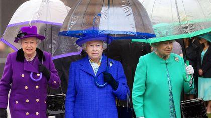 La regina Elisabetta e i suoi ombrelli: uno per ogni abito