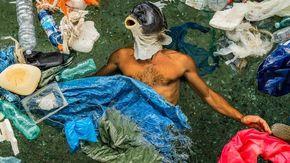 A Cala Gonone nuotando tra i pezzi di plastica